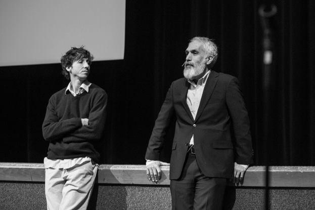 """David Sheff (mặc suit bên phải) là phóng viên (journalist) kì cựu của  The New York Times, Rolling Stone, Playboy, Fortune, Wired, National Public Radio... Tác giả của những cuốn (New York Times best-selling) như """"clean"""", """"beautiful boy""""..."""