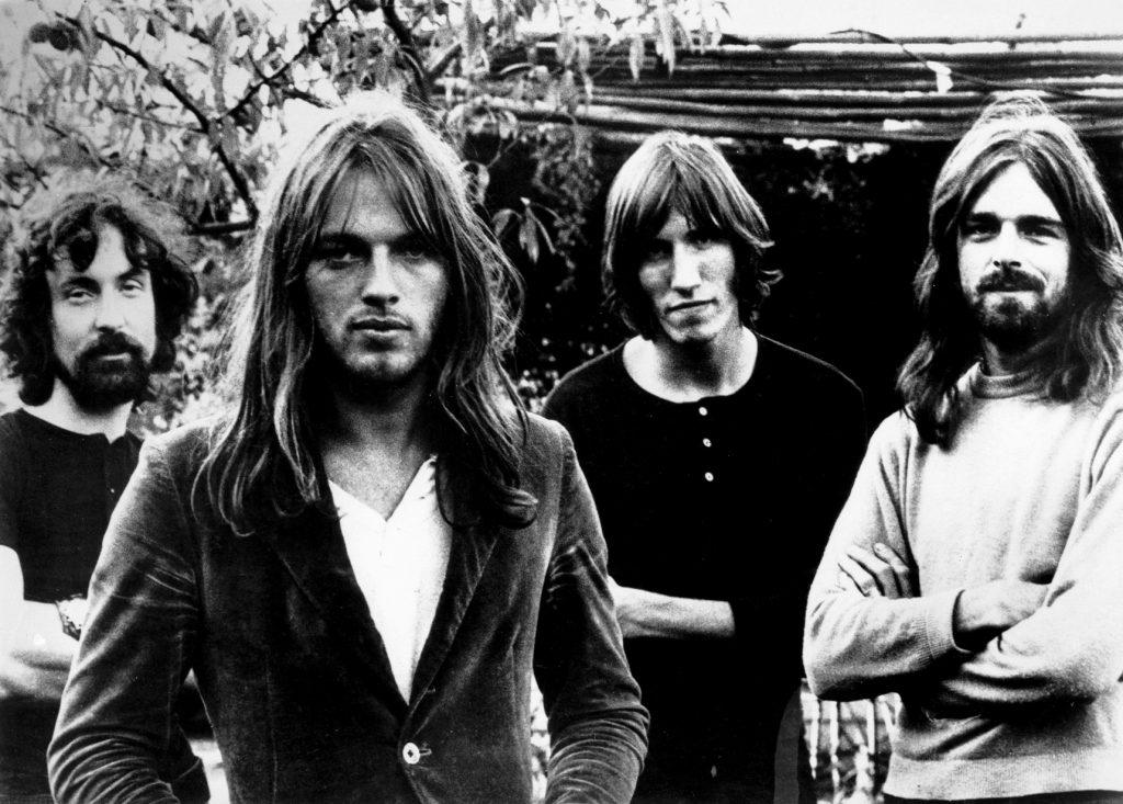 David Gilmour & Roger Waters (2 người đứng giữa)