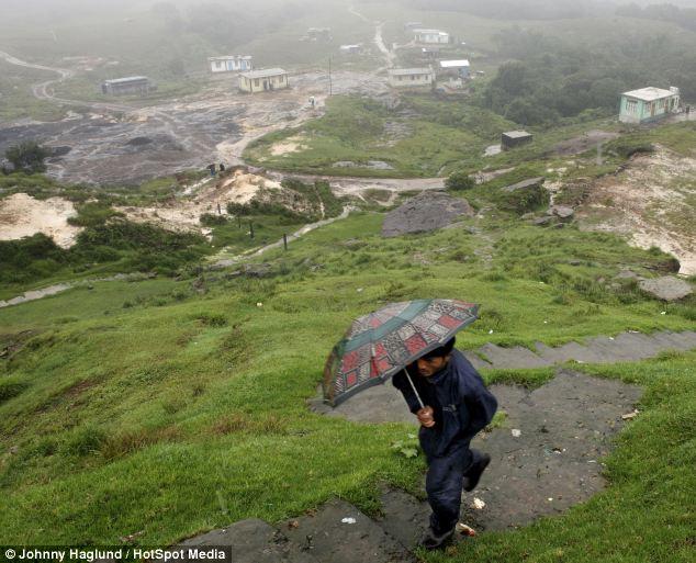 Mùa mưa ở Ấn Độ kéo dài từ tháng Sáu tới tháng Chín, riêng ở làng Mawsynram mùa mưa kéo dài hơn bất cứ nơi đâu trên Ấn Độ, trong thời gian này nhiệt độ ở đây thường dao động từ 10 đến 20 độ. Tiếp đó là mùa khô từ tháng 12 đến tháng Hai với một lượng mưa ít ỏi. Những người dân ở đây lạc quan tếu rằng mùa mưa kéo dài vẫn tốt chán vì mùa khô họ còn bị thiếu nước nghiêm trọng.