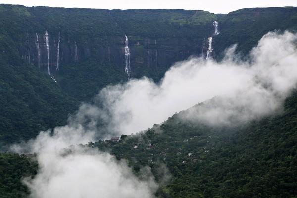 Đây là ngôi làng Cherrapunji, nằm cách làng Mawsynram 16km - và đứng thứ hai thế giới về lượng mưa trung bình hàng năm.