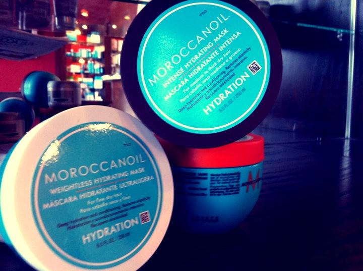 Bộ ba hair mask của Moroccanoil. Lọ viền đen là Intense Hydrating dành cho mọi loại tóc, lọ viền trắng là Weightless Hydrating dành cho tóc khô, mỏng và lọ viền vàng da cam là Restorative dành cho tóc hư, yếu, chẻ ngọn.