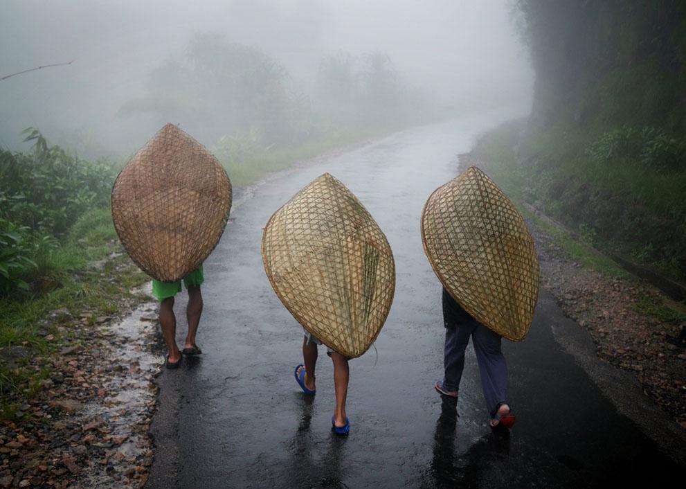 Chắc hẳn bạn đang nghĩ họ đang đội thuyền hay thúng gì đó nhưng không phải, đây là loại ô truyền thống của người Khasi ở Mawsynram tên là Knups. Nó có hai tiện ích đặc biệt: giải phóng đôi tay để họ làm việc và chống lại được những cơn gió mạnh quất xối xả khi có mưa bão.