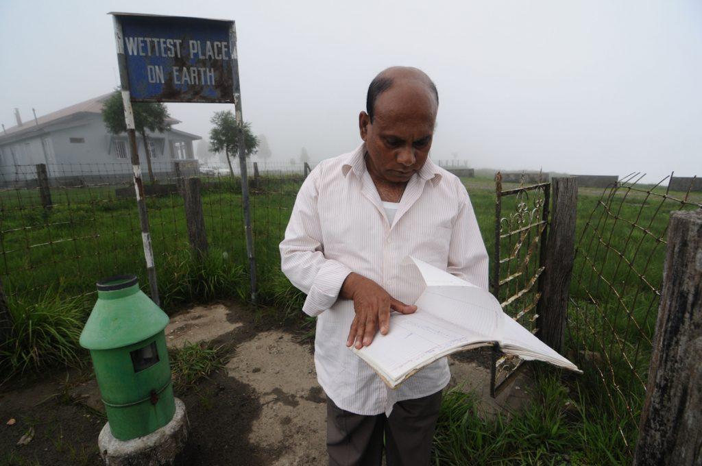 Một chuyên gia khí tượng đang xem sổ sách của mình.