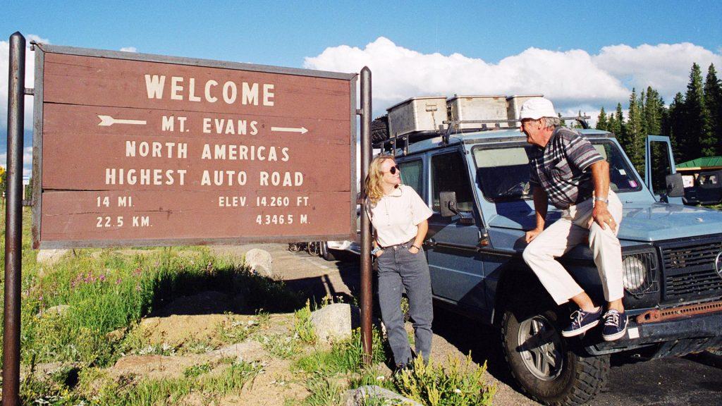 Núi Evans trên Dãy núi Trước mặt của dãy núi Rocky, nằm ở tiểu bang Colorado. Ở đây có đường cho ô-tô cao nhất ở Bắc Mỹ với độ cao hơn 4000m.