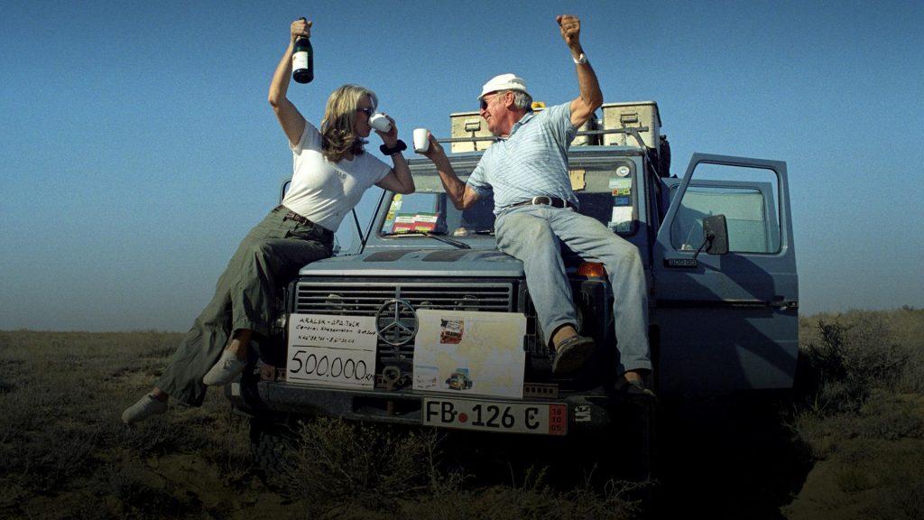 Ấn Độ. Gunther và Christine ăn mừng con số 500,000km đường họ đã qua.