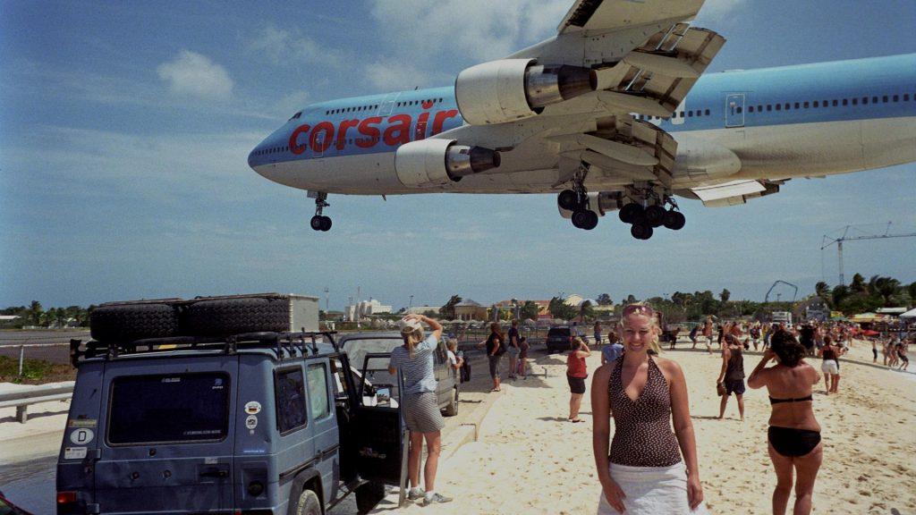 Sân bay quốc tế Princess Juliana ở quần đảo St Martin ở Antilles Hà Lan. Sân bay này nổi tiếng do có đường băng rất ngắn, chỉ vừa đủ cho các máy bay nặng. Do đó, các máy bay tiếp cận xuống đảo này bay rất thấp, ngay trên Bãi biển Maho. Nhiều bức ảnh chụp các máy bay phản lực bay ở tầm cao 10–20 m trên đầu du khách đang thư giãn ở bãi biển chụp ở đây đã bị mọi người nhầm tưởng là ảnh đã qua xử lý photoshop. Do vậy, bãi tắm này là nơi lý tưởng cho những người ngắm máy bay. Sân bay được đặt theo tên của Nữ hoàng Juliana xứ Hà Lan (lúc bà còn là công chúa).