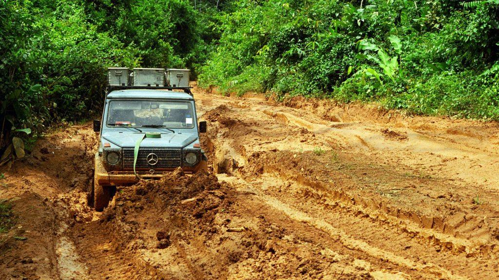 Guyana là quốc gia duy nhất thuộc Khối thịnh vượng chung Anh nằm trên lục địa Nam Mỹ. Nước này ở phía bắc xích đạo trong vùng nhiệt đới và nằm trên Đại Tây Dương. Guyana có biên giới phía đông với Suriname, phía nam và tây nam với Brasil và phía tây với Venezuela. Đây là nước nhỏ thứ ba trên lục địa Nam Mỹ với kích thước xấp xỉ Anh Quốc. Guyana là nước duy nhất tại Nam Mỹ có ngôn ngữ chính thức là tiếng Anh và là một trong hai nước còn lại trên lục địa Châu Mỹ vẫn áp dụng giao thông bên trái.