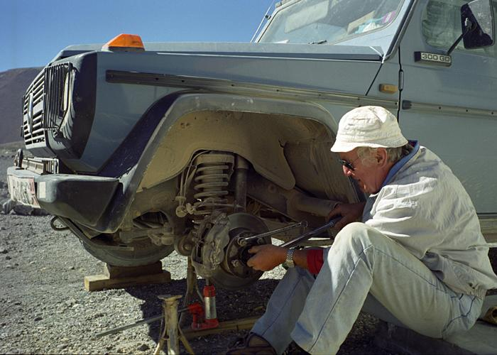 Thay trục bánh xe trước là một trong những công việc bảo trì khó nhất với Gunther.