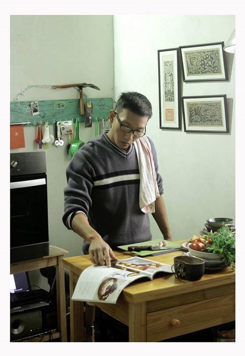 Căn phòng anh Hùng dùng để nấu ăn tại nhà khá nhỏ, chính giữa là một chiếc bàn đa năng, nhiều tầng, chứa đủ loại dụng cụ cần thiết để nấu nướng, mặt bàn hai lớp bằng gỗ và đá để thay đổi. Xung quanh là không gian để anh bày rất rất nhiều những quyển sách về ẩm thực thế giới và vị trí trang trọng nhất là tấm ảnh chụp cùng với Gordon Ramsay trong lần sang Việt Nam.