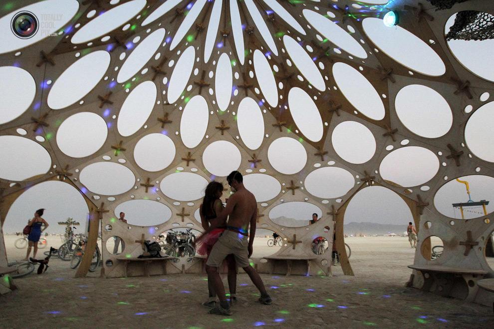 Ở Burning Man có hàng nghìn trại với đủ mọi màu sắc, kiến trúc và chủ đề khác nhau. Các trại lớn thường tổ chức các lễ hội lớn và tặng quà, nhưng cũng phải đăng ký thành viên từ trước. Dĩ nhiên cắm trại một mình cũng được nhưng các trại lớn thường có không khí và địa thế sôi động hơn.