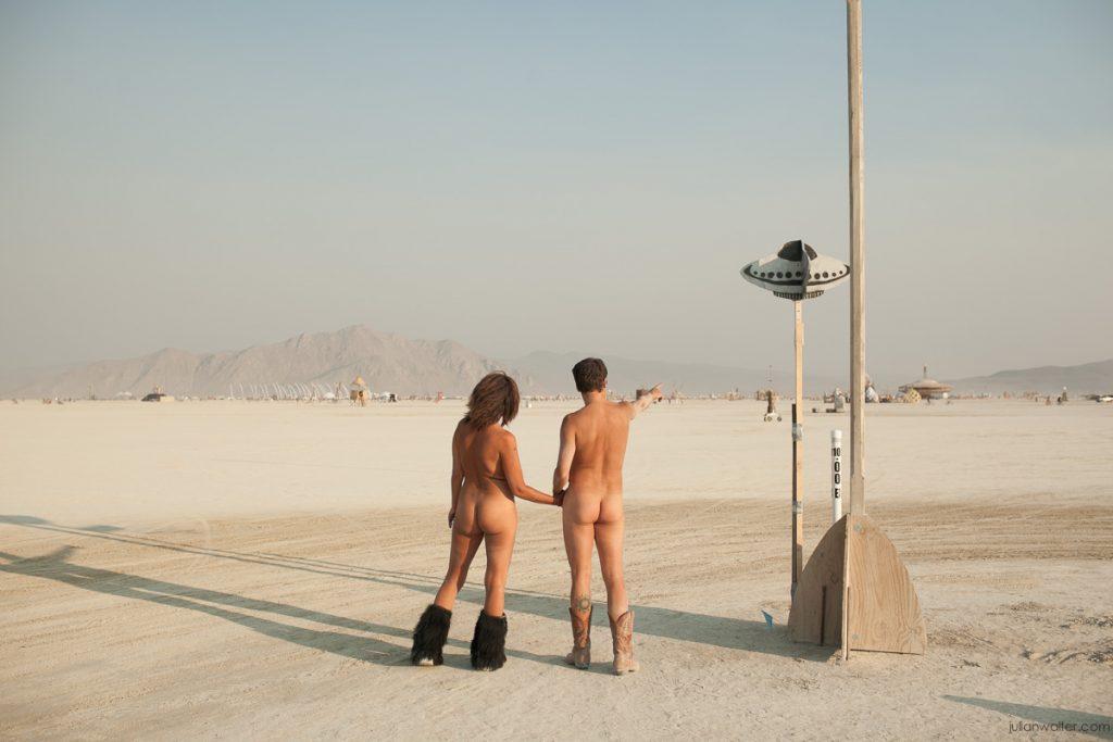Một hình ảnh rất đỗi bình thường ở Burning Man. Sau bảy ngày lễ hội có nhiều cặp nam nữ đã thành đôi...