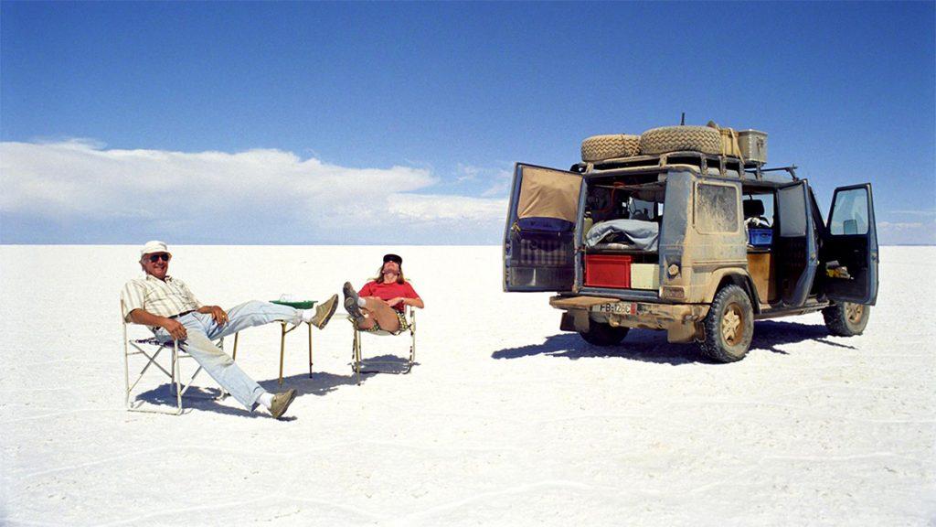 Gunther và Christine ở hồ muối tự nhiên Salar de Uyuni của Bolivia. Salar de Uyuni hay Salar de Tunupa là tên của cánh đồng muối lớn nhất thế giới nằm tại Bolivia. Hồ muối cạn này có diện tích 10582 km²[1] gần dãy Andes với độ cao 3650 mét. Khoảng 40000 ngàn năm trước, khu vực này là một phần của Hồ Minchin, một hồ nước mặn khổng lồ. Khi hồ này cạn tạo thành hai hồ hiện nay là Hồ Poopó và Hồ Uru Uru, và hai sa mạc muối lớn là Salar de Coipasa và Uyuni. Salar Uyuni chứa khoảng 5 tỉ tấn muối, hàng năm người ta khai thác được 25000 tấn. Vào tháng Mười Một, nơi đây trở thành khu vực cư trú và sinh sản của nhiều loài hồng hạc. Nơi đây cũng là điểm đến du lịch hấp dẫn, thu hút khách nhờ vào đặc điểm địa lý đặc biệt. Có những khách sạn muối được xây dựng, các đảo đá trở thành nơi tham quan tương tự như những đảo ngoài biển khơi.