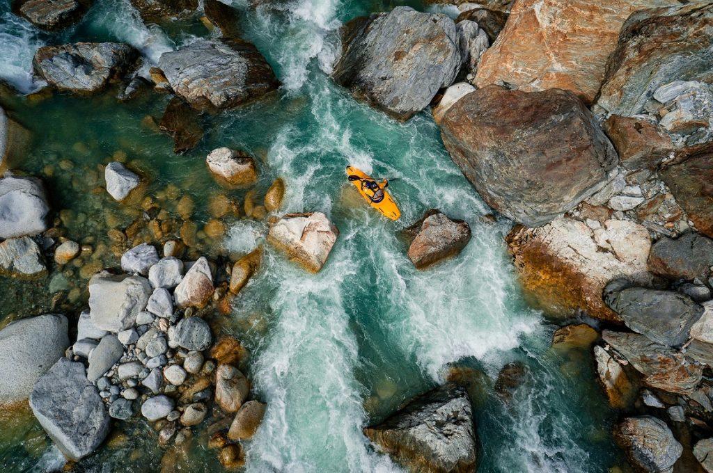 Chèo thuyền Kayak trên sông Reuss, Thụy Sĩ.
