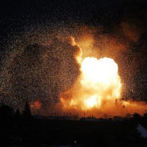 Một vụ đánh bom cảm tử của phiến quân nhà nước hồi giáo cực đoan IS ở thị trấn Kobani, Syria. (21.10.2014)