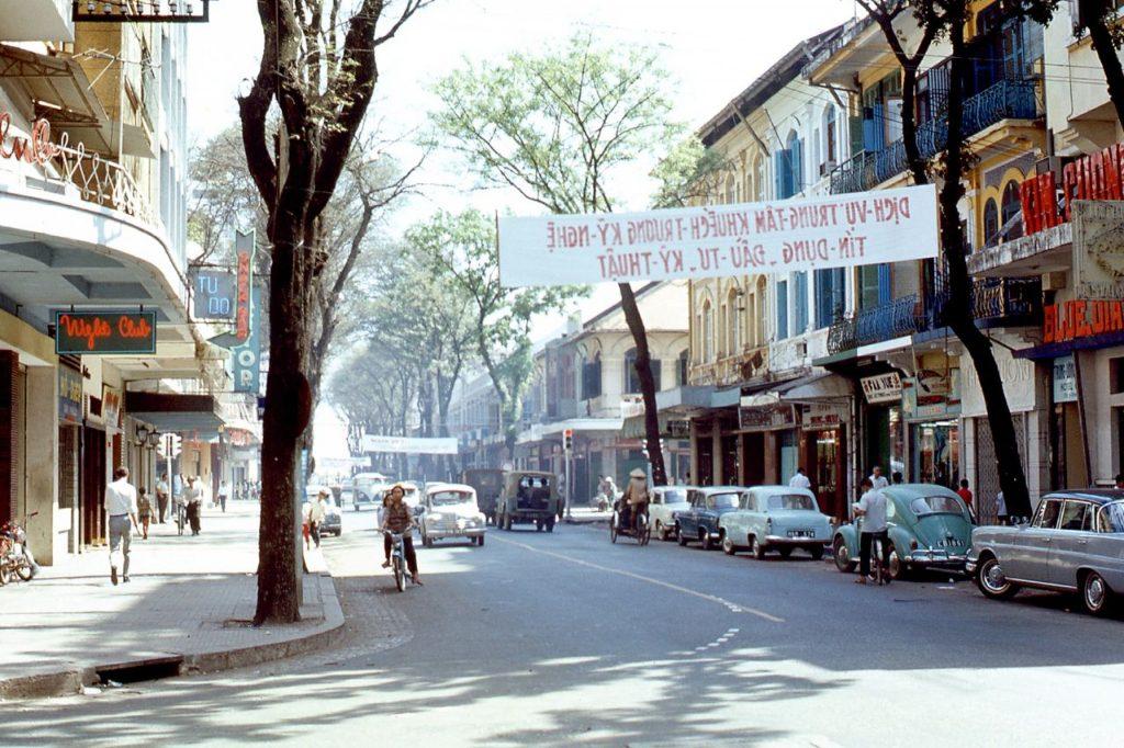 Sài Gòn vào tháng 1 năm 1968 với những chiếc xe hơi điển hình của thời điểm đó.