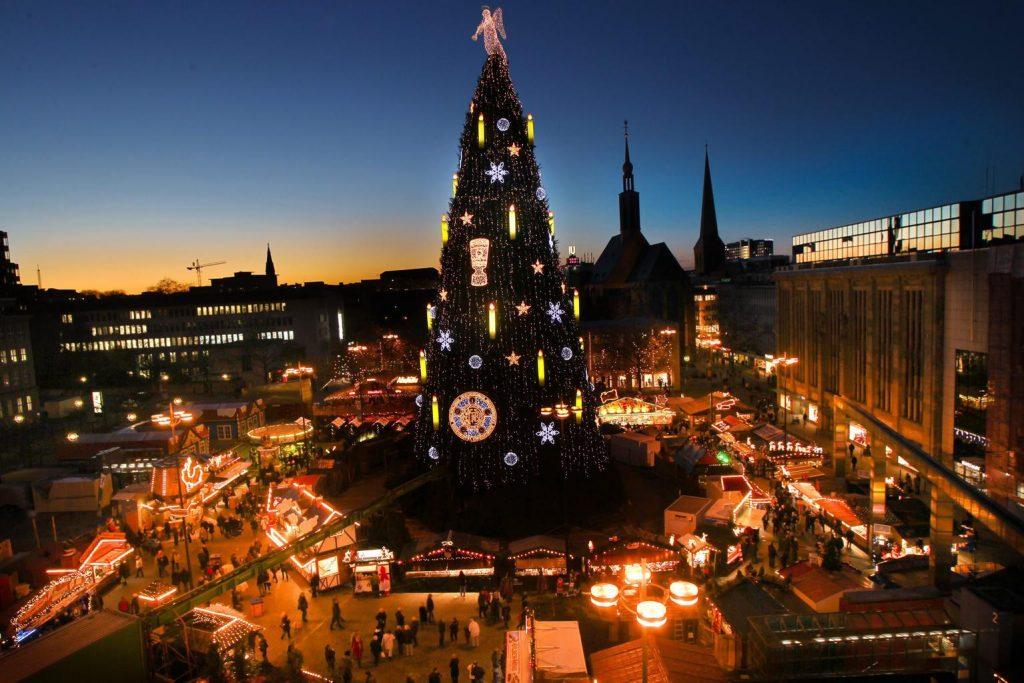 Cây thông Giáng sinh lớn nhất thế giới hiện nằm ở thành phố Dortmund với chiều cao 45 mét và nặng 40 tấn.