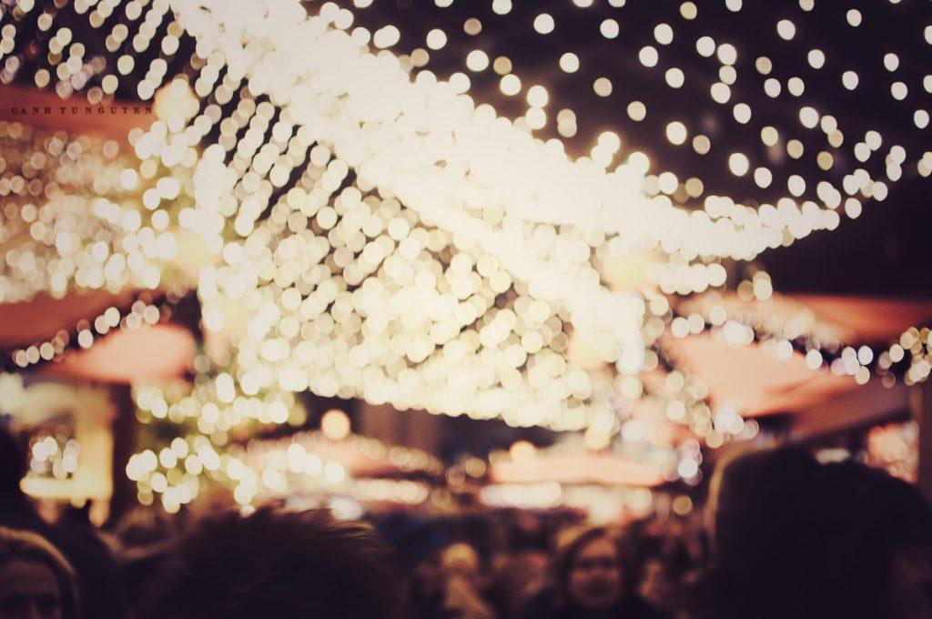 Đèn lung linh khắp mọi nơi là một điều không thể thiếu khi đi bất cứ đến đâu trong dịp Giáng sinh này.