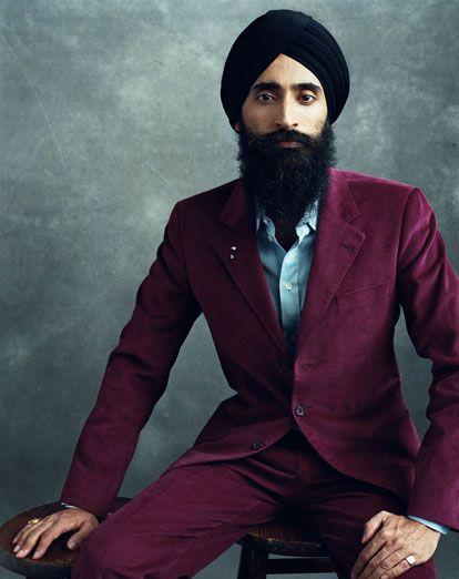 Đây là một gã Ấn Độ theo Sikh giáo. Họ luôn phải để râu rậm, đội tuban, thêm chữ Singh vào tên đệm, không ăn thịt để giữ lấy những lễ nghi của mình. Không có lý do gì chúng ta không ăn mặc đẹp được mà phải phân biệt Tây, Á này nọ.