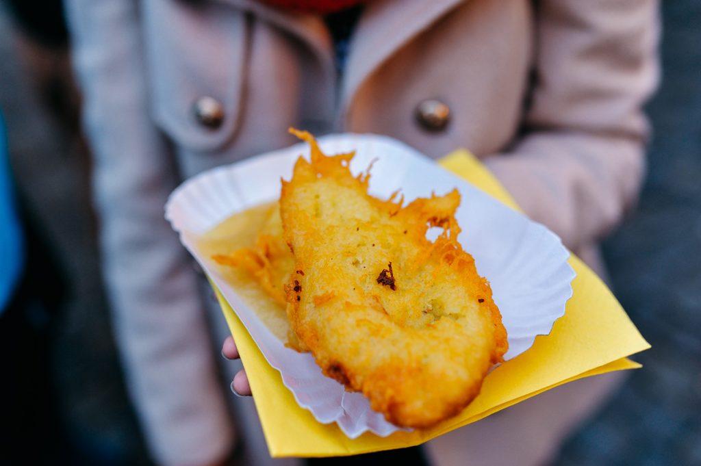 Bánh khoai tây chiên (Reibekuchen). Không có gì đặc biệt nhưng cứ đến Giáng sinh mà không ăn là lại thèm.