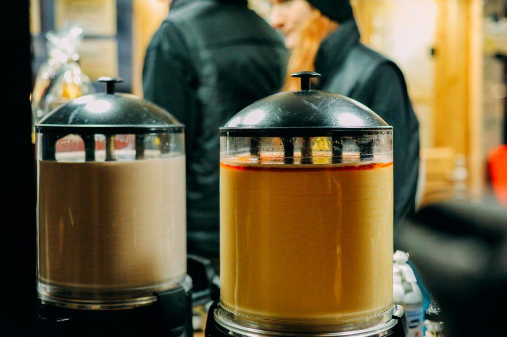 Eierpunsch (rượu trứng). Công thức làm cũng khá đơn giản: một chai vang trắng 750ml, bốn quả trứng, năm thìa đường, một gói đường vani, nước chanh, quế, lá đinh hương, 250ml trà đặc là đủ cho bốn người uống. Ảnh: Anh Tu Nguyen