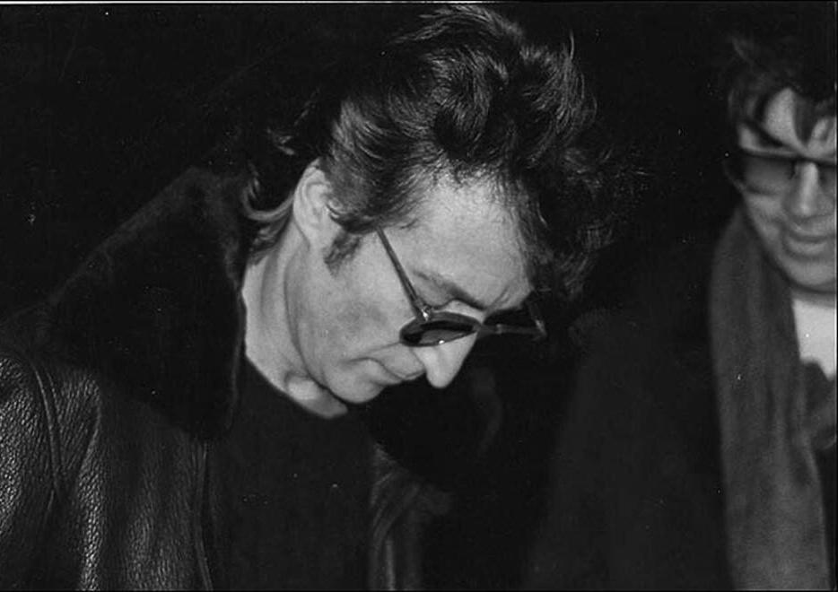 Bức ảnh Paul Goresh  chụp John Lennon và Mark David Chapman - một fan hâm mộ xin chữ kí của John, sự đáp ứng nhiệt thành của John khiến Mark David Chapman bất ngờ và 6 tiếng sau hắn đã bắn John.