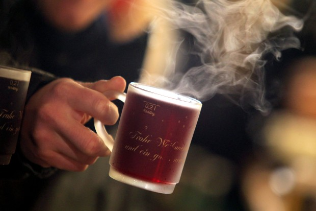 Một cốc Glühwein có giá từ 2.5 đến 3 Euro. Trong năm 2013 người Đức uống tổng cộng 58 triệu lít Glühwein trong dịp Giáng sinh. Ảnh: Google.