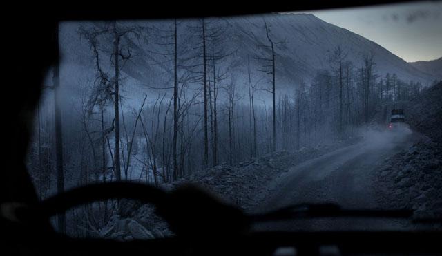 """Đây là """"Con đường xương"""" - theo đúng nghĩa đen luôn vì nó được xây bằng mạng sống của các tù nhân trong các trại lao động khổ sai Gulag của Liên Xô dưới thời Stalin. Khoảng 14 triệu người từng bị giam trong các trại này từ năm 1929 đến 1953 trong đó có 1.6 triệu người chết. Sau cái chết năm 1953 của Stalin các trại Gulag mới dần được đóng cửa. Vì ở đây không có đường tàu hỏa nên con đường cao tốc này là cách duy nhất có thể đến Yakutsk bằng đường bộ. Ngoài ra ở Yakutia có hai sân bay, sân bay quốc tế Tuimaada và sân bay nội địa Magan. Ảnh: Amos Chapple"""