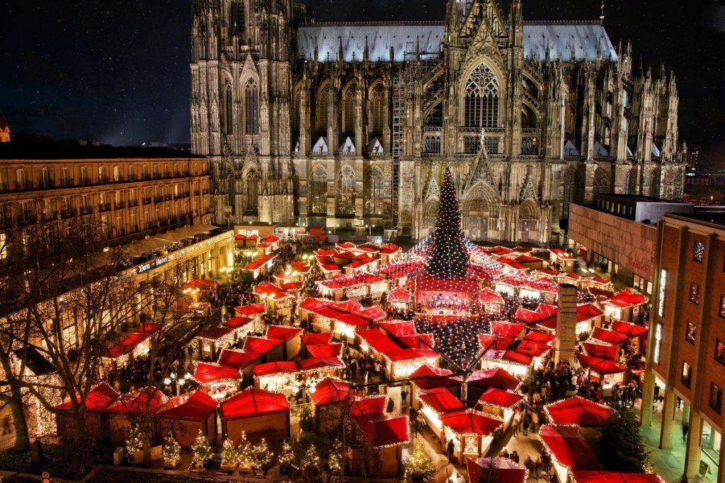 Một góc chợ Giáng sinh ở Cologne, thành phố cách Aachen 75km về phía Đông Bắc. Đây cũng là một trong những chợ Giáng sinh có đông khách đến thăm nhất với số lượng bốn triệu người trong một tháng lễ hội.