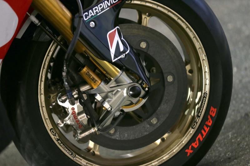 Phanh đĩa hợp kim-gốm trên xe đua chuyên nghiệp. (Ceramic-composite brake)
