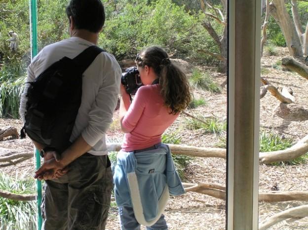 Nếu bạn cứ đứng như này chụp ảnh trong một thời gian dài thì nguy cơ về các bệnh về lưng và cột sống là rất cao.