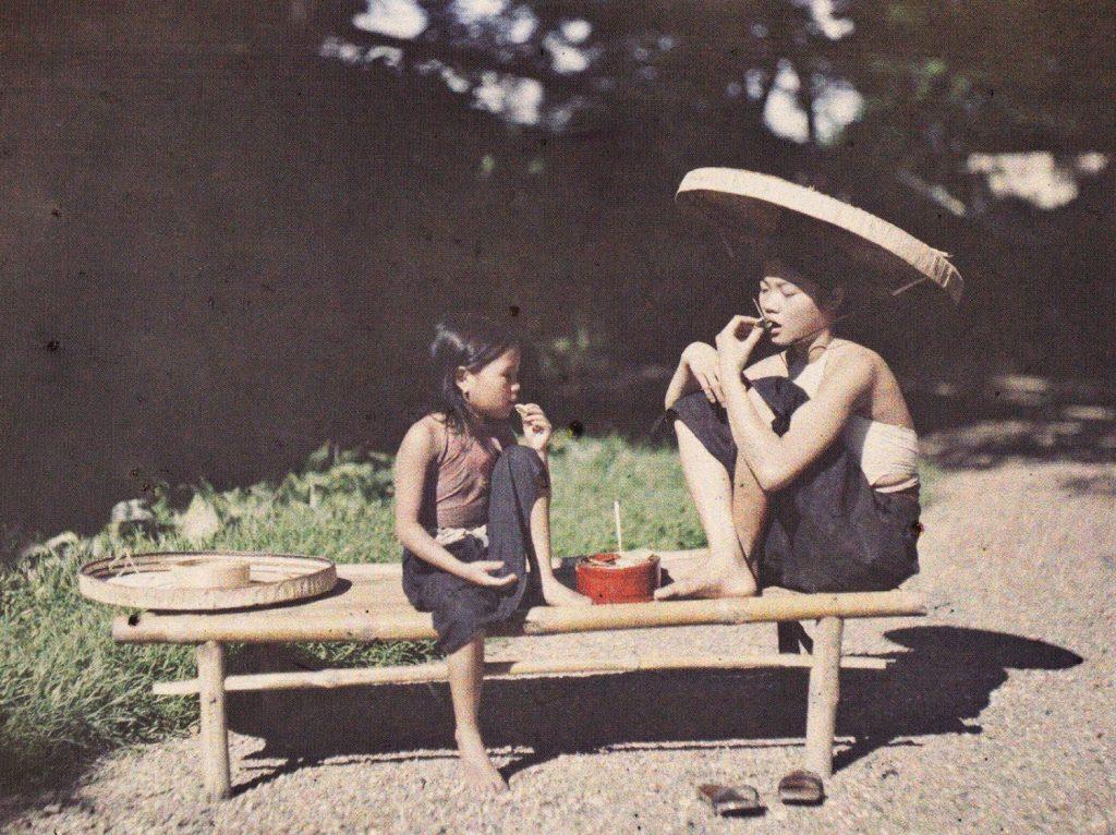 Cô gái ăn trầu (1915). Với người Việt Nam, trầu cau là biểu hiện của phong cách, vừa là thể hiện tình cảm dân tộc độc đáo. Trầu cũng để tưởng nhớ tổ tiên, để ghi nhớ công ơn nuôi nấng sinh thành của bậc tiền nhân. Trầu cau gần gũi với sinh hoạt của người Việt như thế nên hiển nhiên nó cũng trở thành hình tượng của văn hóa và con người Việt Nam xưa.