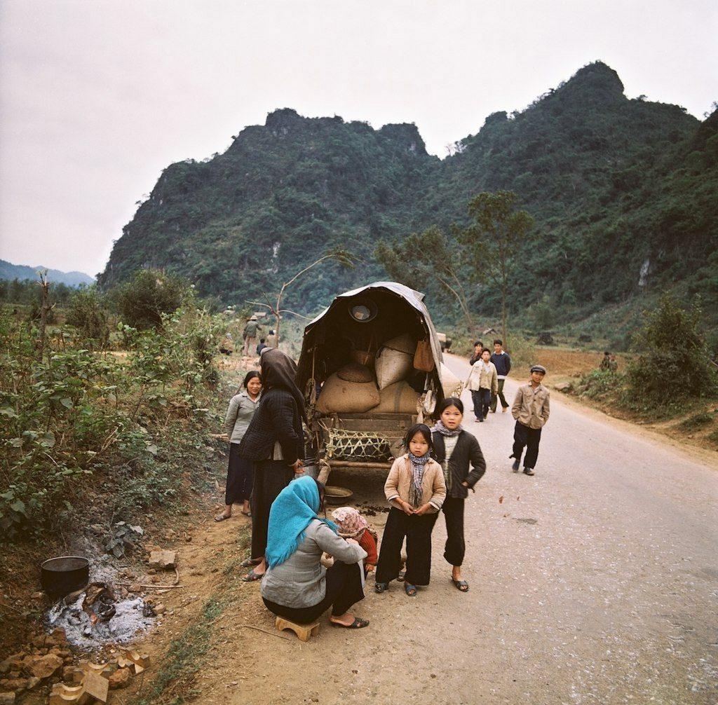Quốc lộ 1, gần Chi Lăng, cách Lạng Sơn chừng 40 km. Cách Hà Nội chừng 120 km. Sau khi bị TQ tấn công và pháo kích từ 17-2-79, Lạng Sơn cầm cự được đến 24-2 thì thất thủ. VN cấp tốc tổ chức tuyến phòng thủ Như Nguyệt (Sông Cầu) cách Hà Nội chừng 60km để bảo vệ thủ đô, và tính chuyện di tản Hà Nội vào Tây Nguyên. Ảnh: Thomas Billhardt
