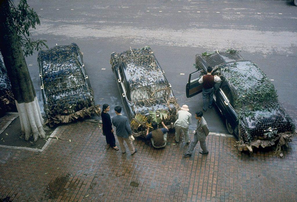Hà Nội 1967. Phái đoàn ngoại giao Cuba rời Hà Nội vào miền Nam bằng những chiếc xe con được ngụy trang, cách thức di chuyển đúng tiêu chuẩn khi đi ra ngoài vùng quê.