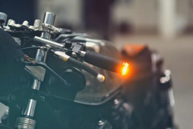 Đèn xi-nhan M-Blaze bởi Motogadget - chi tiết nhỏ nhưng vô cùng đắt giá của Hookie VI. Đôi gương to nguyên bản cũng được thay thế bằng gương tròn, nhỏ, thường thấy ở những chiếc Café Racer ngày nay.