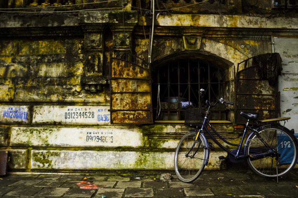 Những ô cửa Hà Nội cũ mà đằng sau chất chứa mỗi nhà một câu chuyện khác nhau rồi sẽ chỉ còn là dĩ vãng.