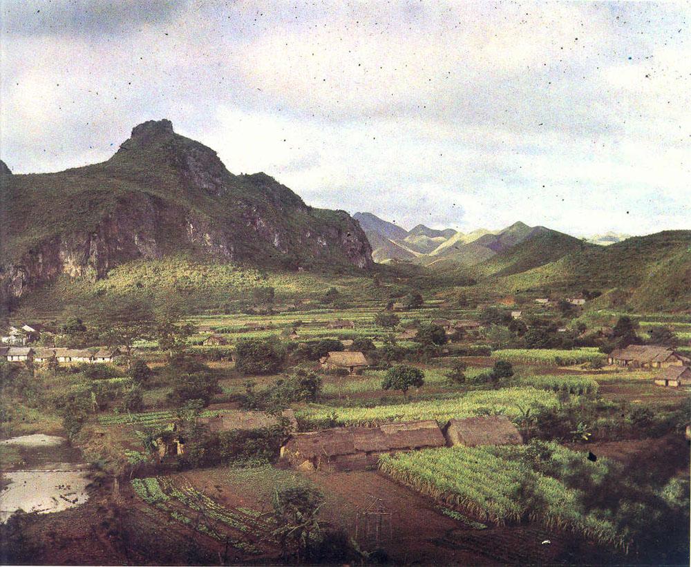 Vùng biên giới Trung Quốc, làng Na-Cham năm 1915 (ngày nay là thị trấn Na Sầm thuộc huyện Văn Lãng, tỉnh Lạng Sơn).