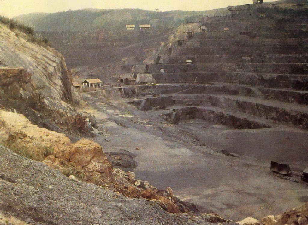 Mỏ than ở Hòn Gai, 1921. Ngày xưa dù là kẻ thắng trận trong Thế chiến II nhưng Pháp chịu nhiều tổn thất nặng nề về kinh tế và là con nợ lớn của Mỹ. Để bù đắp chiến phí, Pháp càng tăng cường mạnh mẽ việc khai thác thuộc địa, nhất là Đông Dương vì nơi đây vốn là một vùng đất giàu có về khoáng sản và nông nghiệp. Đặc biệt than luôn đứng đầu trong số các khoáng sản được khai thác ở Việt Nam