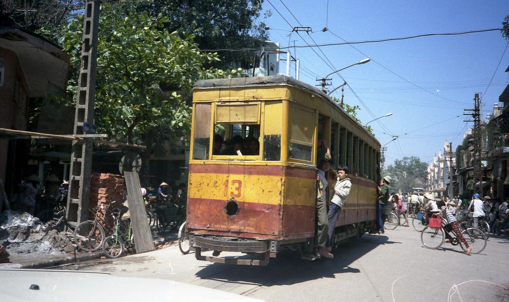 Tàu điện trên phố Đồng Xuân. Lịch sử tàu điện ở Hà Nội bắt nguồn từ năm 1900 khi người Pháp cho chạy thử chuyến tàu điện đầu tiên từ Bờ Hồ - Thụy Khuê nhằm phục vụ nhu cầu vận chuyển hành khách và hàng hóa. Trong những thập niên sau đó, các tuyến tàu điện liên tục được mở rộng. Từ ga Trung tâm ở bờ hồ Hoàn Kiếm, các tuyến đường toả ra 6 ngả: Yên Phụ, chợ Bưởi, Cầu Giấy, Hà Đông, chợ Mơ và Vọng, cũng là sáu cửa ngõ nối nông thôn với nội thành. Thời Pháp thuộc tàu điện chia làm 2 hoặc 3 toa với thứ hạng: hạng nhất, hạng hai. Hạng nhất là khoang nhỏ ở toa đầu sát chỗ đứng người lái, vé đắt gấp đôi hạng hai.