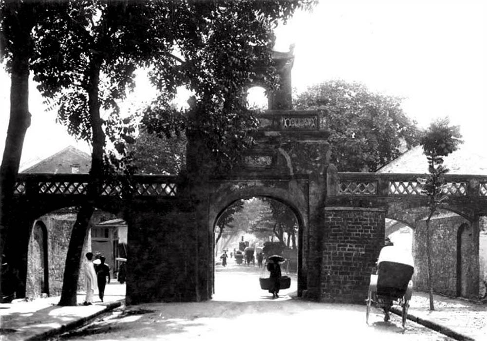 Ô Quan Chưởng à một cửa ô của Hà Nội xưa, nằm ở phía Đông của toà thành đất bao quanh Kinh thành Thăng Long, được xây dựng vào năm Cảnh Hưng thứ 10 (1749), đến năm Gia Long thứ ba (1817) được xây dựng lại và giữ nguyên kiểu cách đến ngày nay. Ngày nay, ô Quan Chưởng nằm nằm trên phố Ô Quan Chưởng, đầu phố Hàng Chiếu, gần dưới chân cầu Chương Dương.
