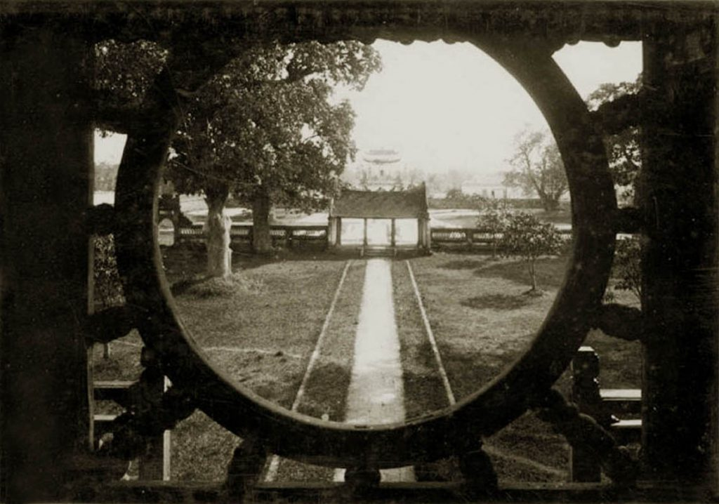 Từ Khuê Văn Các nhìn ra cổng tam quan