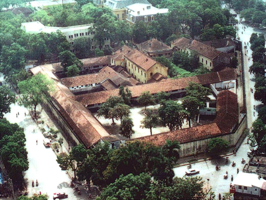 Nhà tù Hỏa Lò được xây từ năm 1896 bởi thực dân Pháp, với mục đích giam giữ những người chống chế độ thực dân. Nơi đây từng là một trong những nhà tù kiên cố và lớn nhất ở Đông Dương.