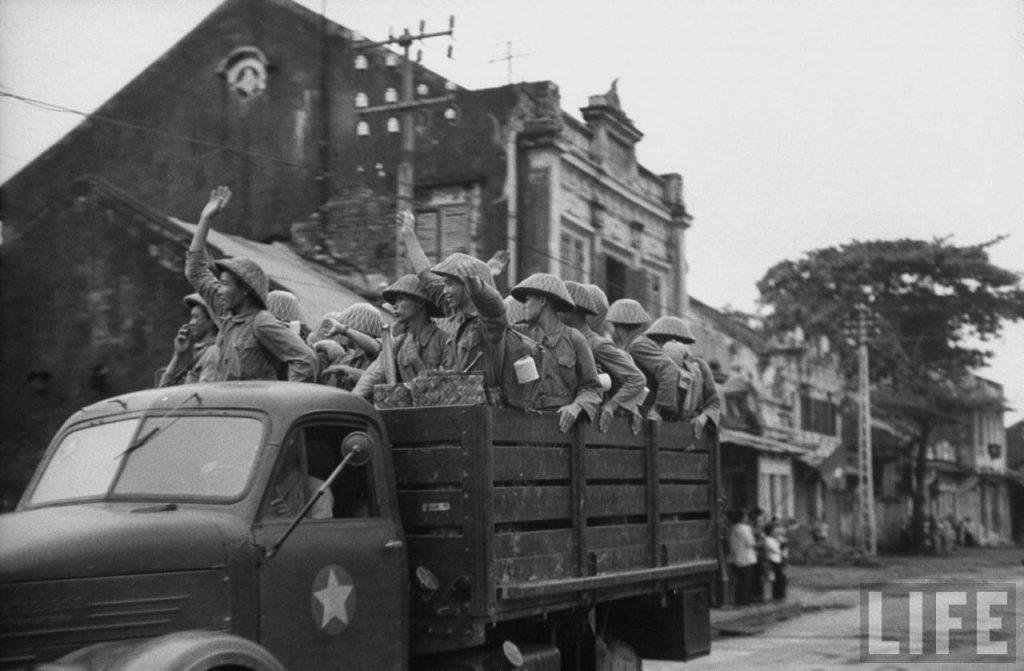 Việt Minh tiến vào Hà Nội sau khi quân Pháp rút đi. Hà Nội 10.10.1954