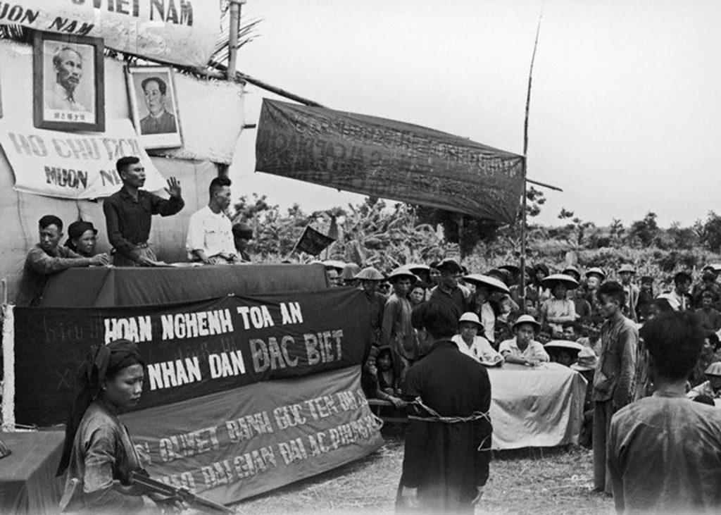 Đấu tố địa chủ năm 1955 ở miền Bắc Việt Nam.