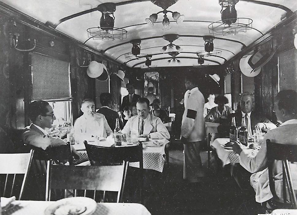 Trong toa hàng ăn trên tuyến Xuyên Việt 1921-1935.