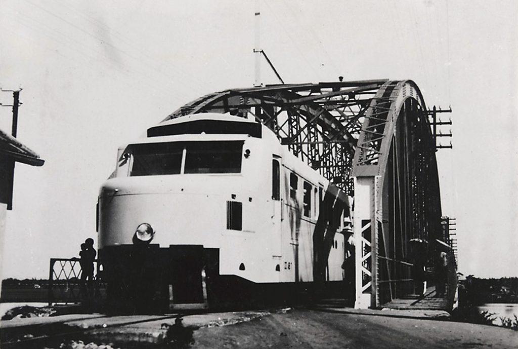 Tàu hỏa Hà Nội-Hải Phòng đang chạy qua cầu Phú Lương, Thái Bình. Tuyến đường sắt Hà Nội - Hải Phòng dài 102 km được thực dân Pháp khởi công xây dựng từ năm 1901 nhằm mục tiêu biến con đường huyết mạch này thành phương tiện chủ yếu phục vụ cho cuộc chiến tranh xâm lược tại vùng Bắc Bộ.