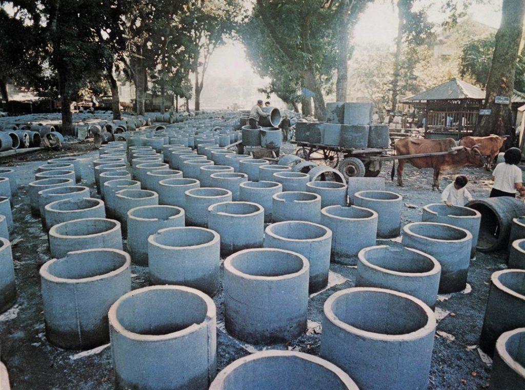 Hà Nội 1972 - Sản xuất hố tránh bom cá nhân.