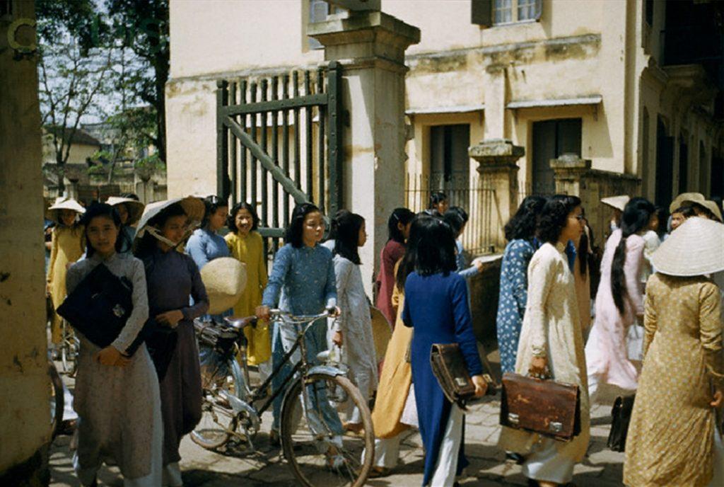 Sinh viên Hà Nội giờ tan trường buổi trưa, 1952. Ảnh: J. Baylor Roberts/National Geographic Society