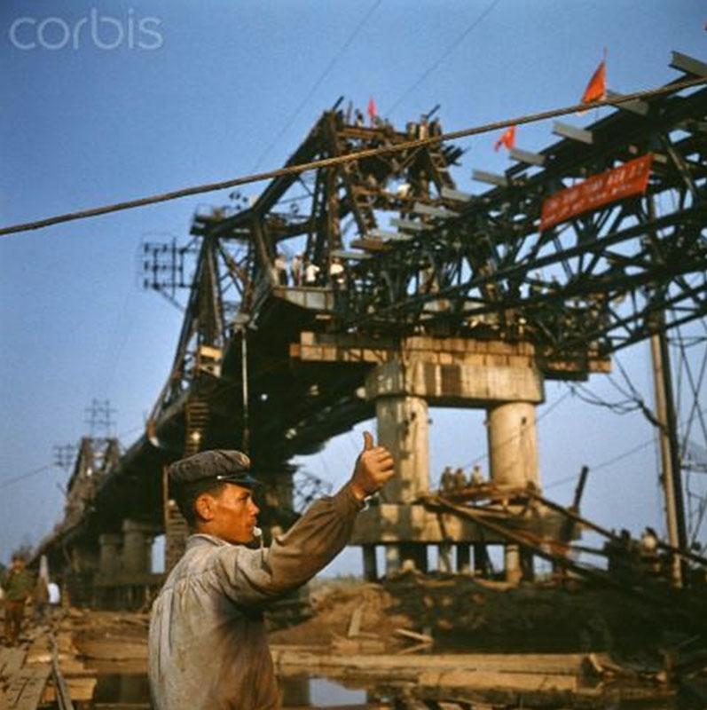 Hà Nội tháng Ba, năm 1973. Sửa chữa cầu Long Biên.