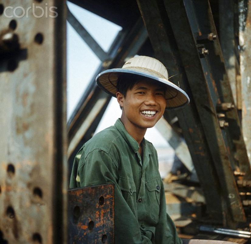 Hà Nội tháng Ba, năm 1973. Một anh công nhân trên công trường sửa chữa cầu Long Biên.