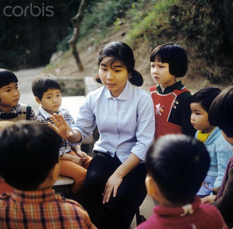 Giáo viên mầm non ở một trường gần Hà Nội, Tháng Ba, 1973. Ảnh: Werner Schulze